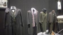 Les costumes masculins, en partant de Watson au fond (The Abominable Bride)
