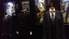 Les costumes de Mycroft à droite et Moriarty (à gauche)