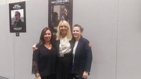 Claire Pritchard-Jones, création maquillage et coiffure (à droite) Sarah Arthur création des costumes (centre) et son bras droit.