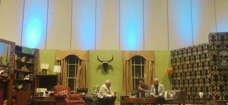 Steven Moffat sur le canapé à gauche et Phil Davis à son côté.